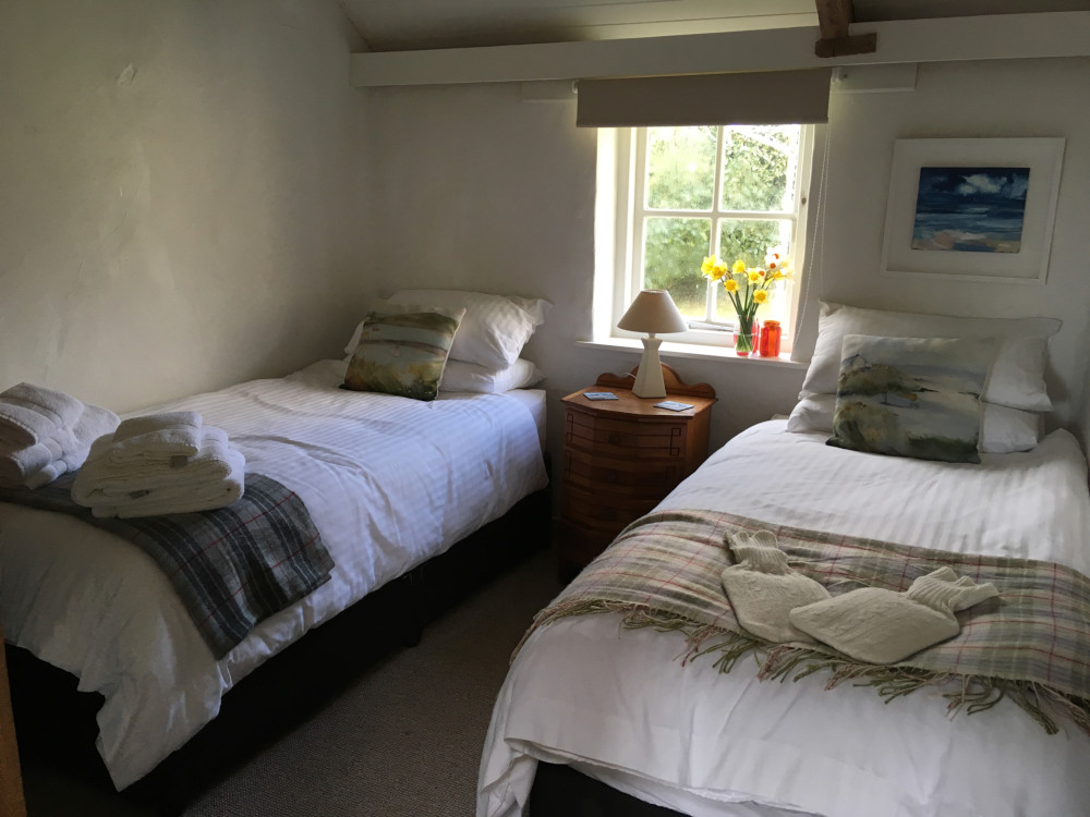 Cosy twin bedroom in the cornish cottage